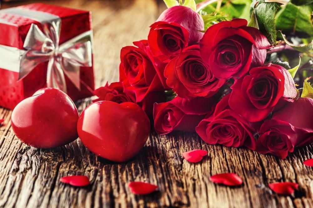 Valentinsgaver på et bord